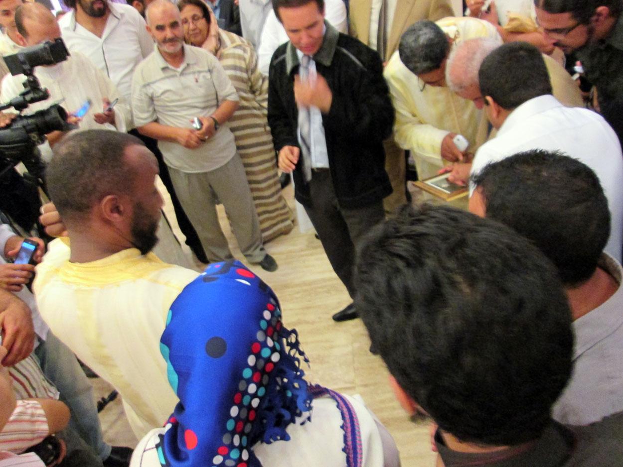 لحظة عرض المشاركين آخر أعمالهم المطبوعة على الأستاذ أحمد نوالي